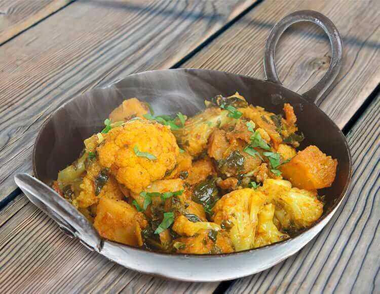 Цветная капуста в индийских специях с картофелем