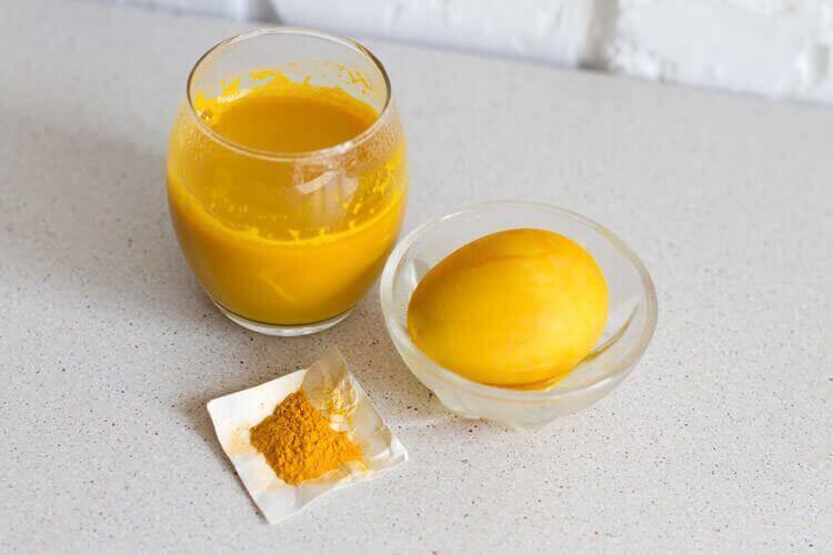 Окрашиваем яйца с помощью куркумы