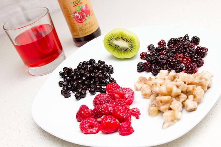 ингредиенты для прохлаждающего коктейля из замороженных ягод и фруктов фото