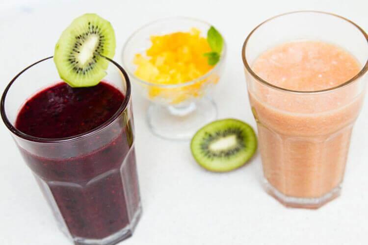 прохлаждающий коктейль из замороженных ягод и фруктов