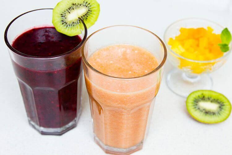 прохлаждающий коктейль из замороженных ягод и фруктов фото
