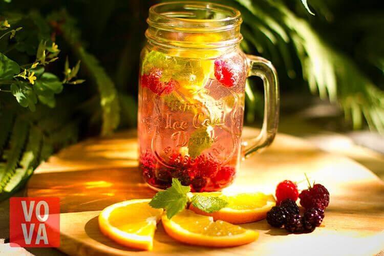 Вкусная вода с ягодами и фруктами
