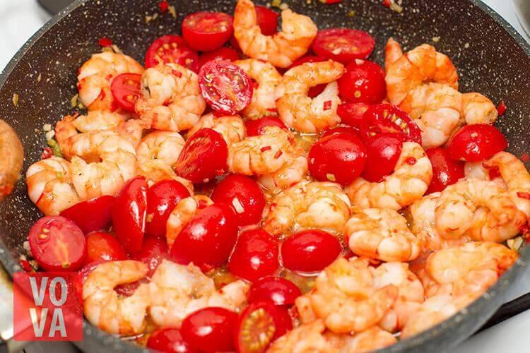 креветки обжаренные с томатами