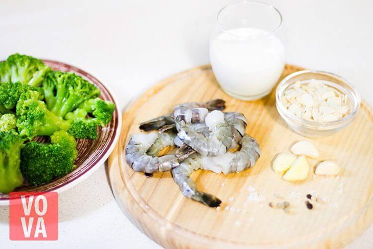 ингредиенты для крем супа из брокколи с креветками и миндалем