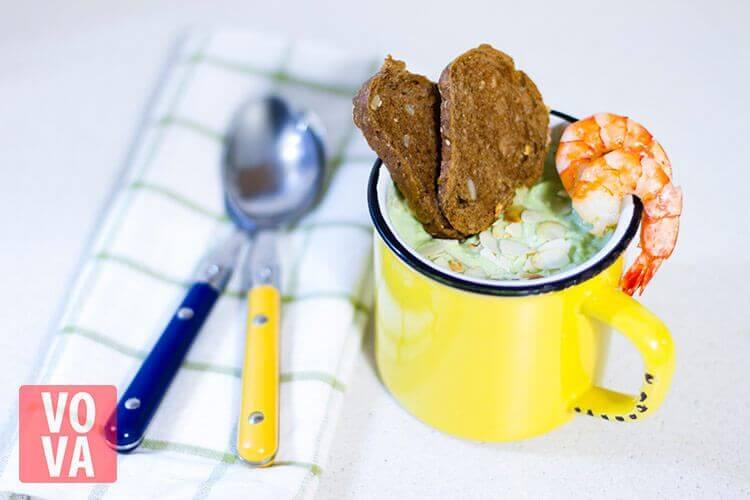 крем-суп из брокколи с креветками и миндалем на столе