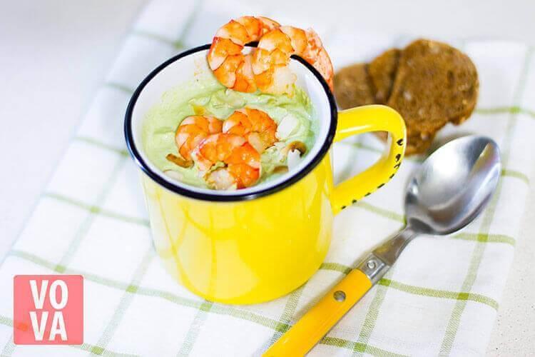 крем-суп из брокколи с креветками и миндалем