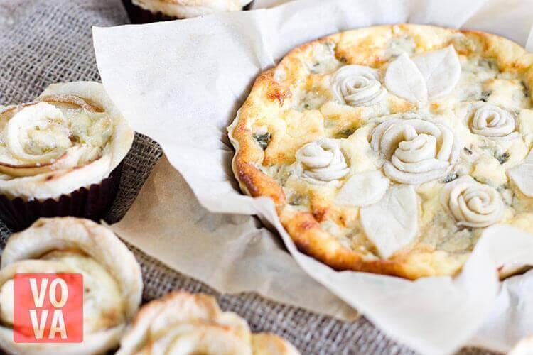 Пирог с грушами и сыром дорблю на столе