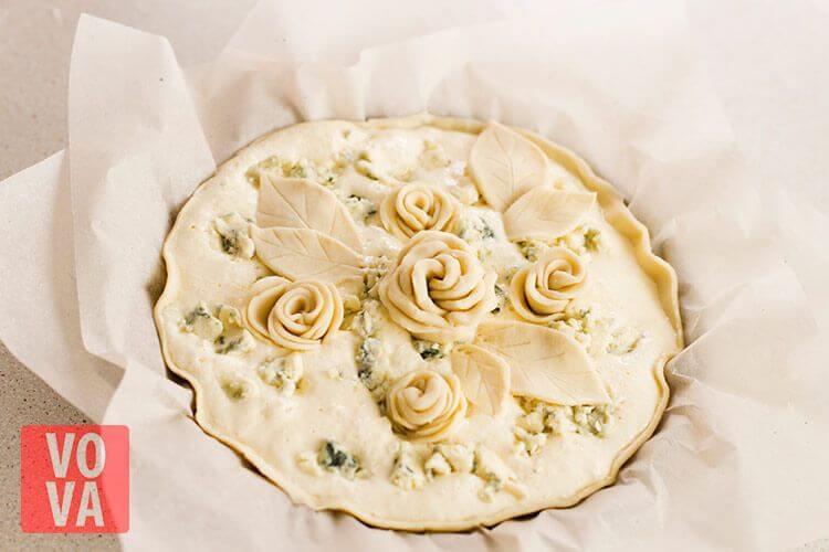 Пирог с грушами и сыром дорблю в форме для выпекания