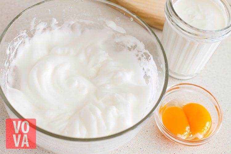 Взбитые белки для пирога с грушами и сыром дорблю