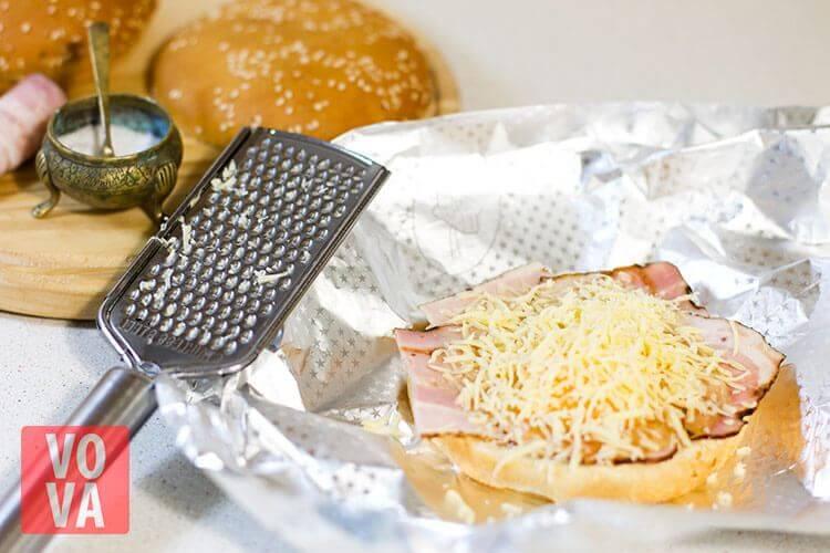 Булочки с беконом яйцом и сыром