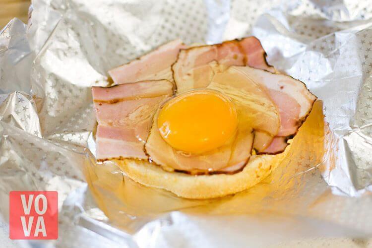 приготовление булочек с беконом и яйцом