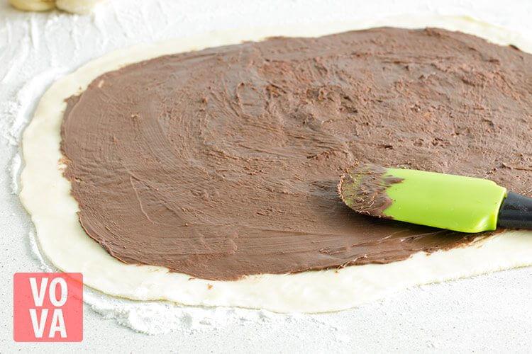 тесто смазанное шоколадно-ореховой пастой