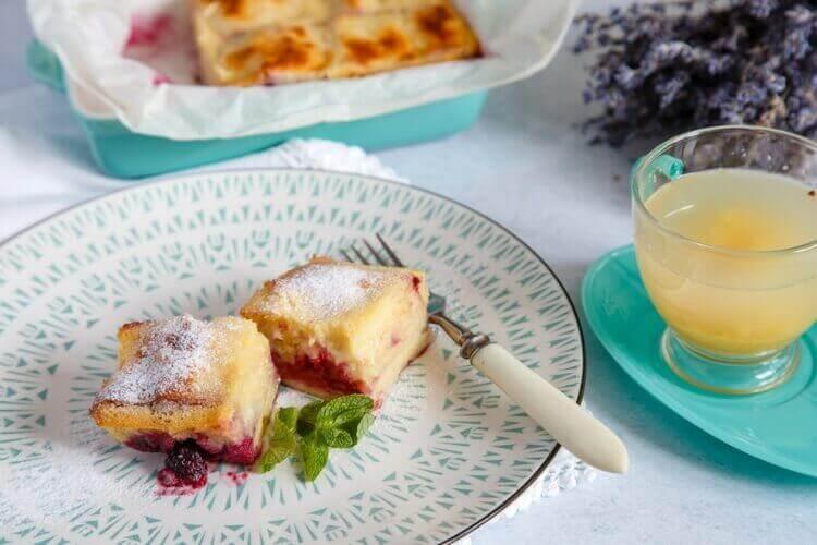 готовый пирог из теста филло с ягодами